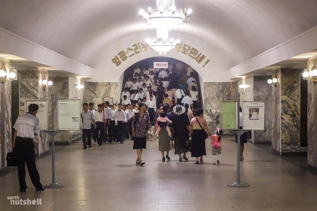 18-pyongyang-metro-commuters-ponghwa