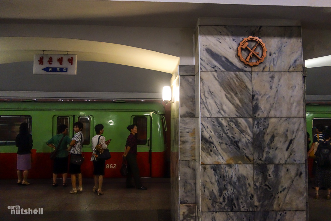 39-pyongyang-metro-hammer-ak47-pulgunbyol