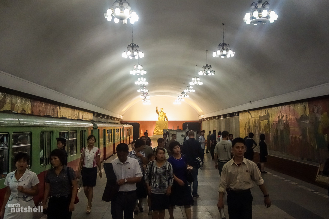 64-pyongyang-metro-commuters-crowd-kimilsung-statue-kaeson